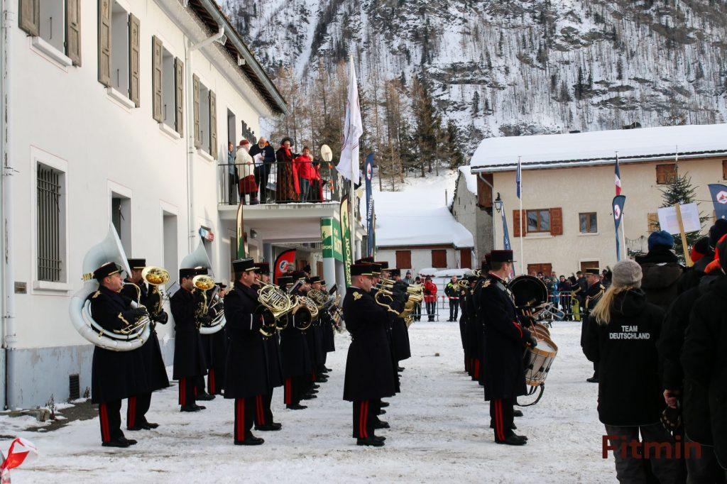 Úvod patřil orchestru a funkcionářům.